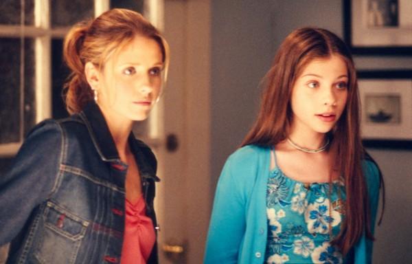 Sarah Michelle Gellar e Michelle Trachtenberg em cena da série Buffy (Foto: Instagram)