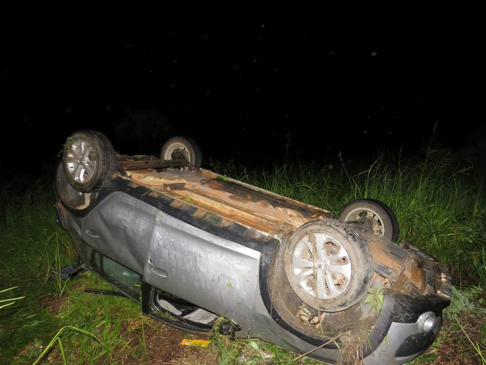 Motorista perde controle da direção, sai da pista e capota no oeste da Bahia — Foto: Marlon/Blogbraga