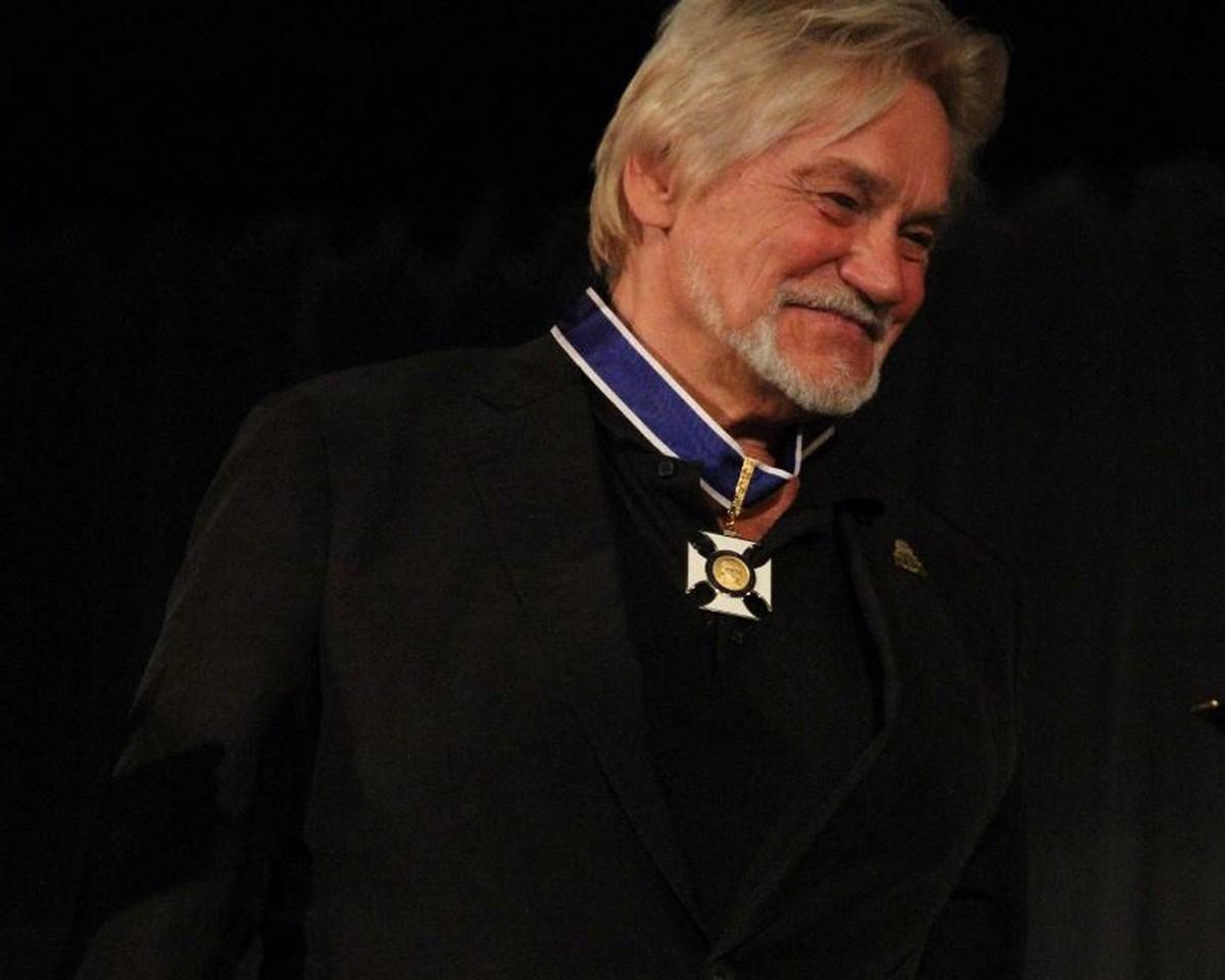 Após fundar Escola do Teatro Bolshoi, 'bailarino do século' ganha medalha em SC