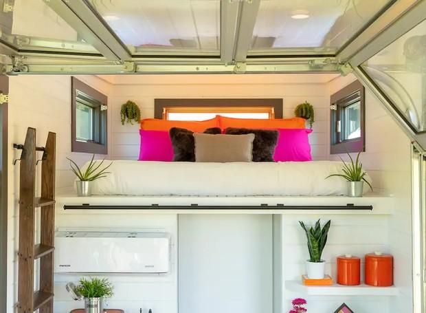 Uma cama de casal é instalada acima do banheiro e pode ser acessada por uma escada móvel (Foto: Cindy Ord/ Reprodução)