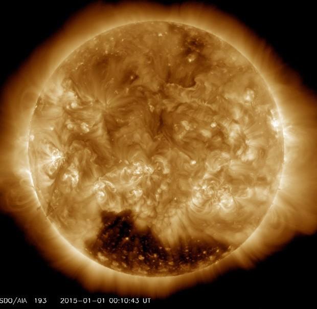 Buraco coronal é visto no polo sul do Sol no dia 1º de janeiro  (Foto: NASA/SDO/Divulgação)