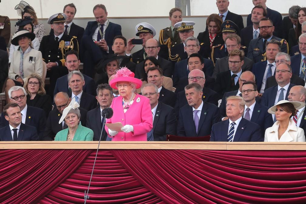 """A rainha Elizabeth II discursa para os presentes durante cerimônias em homenagem ao """"Dia D"""" em Portsmouth, Inglaterra, nesta quarta-feira (5). — Foto: Chris Jackson / Pool / AFP"""
