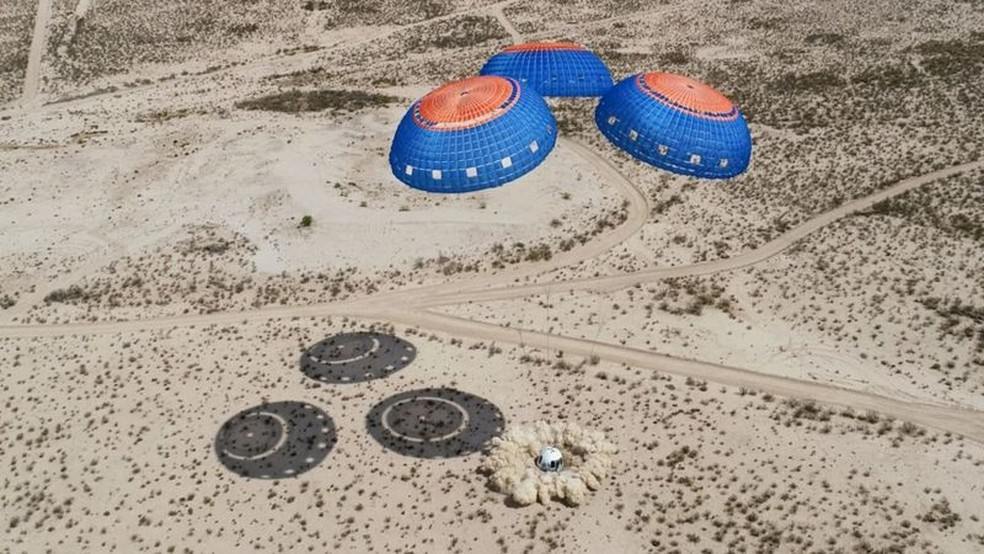 Sistema para levar passageiros a zona suborbital é testado há anos — Foto: Blue Origin via BBC