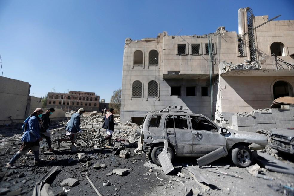 Militantes houthi passam por um centro de detenção atingido por disparos aéreos no Iêmen (Foto: Khaled Abdullah/Reuters)