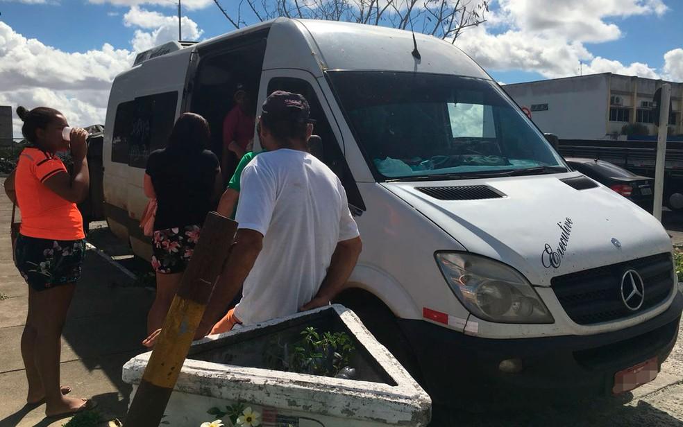 Cerca de 15 pessoas viajavam na van, com destino a Alagoas (Foto: Poliana Rodrigues/TV Subaé)