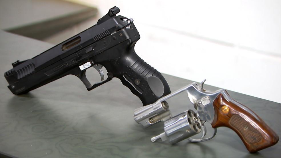Armas foram apreendidas com dupla presa em Uberlândia — Foto: Reprodução/TV Integração