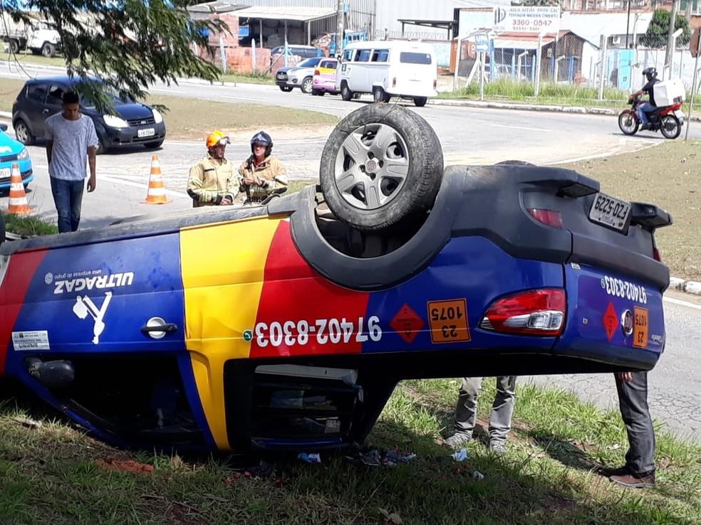 Homem fica ferido após carro com botijões de gás capotar em Resende — Foto: Arquivo Pessoal