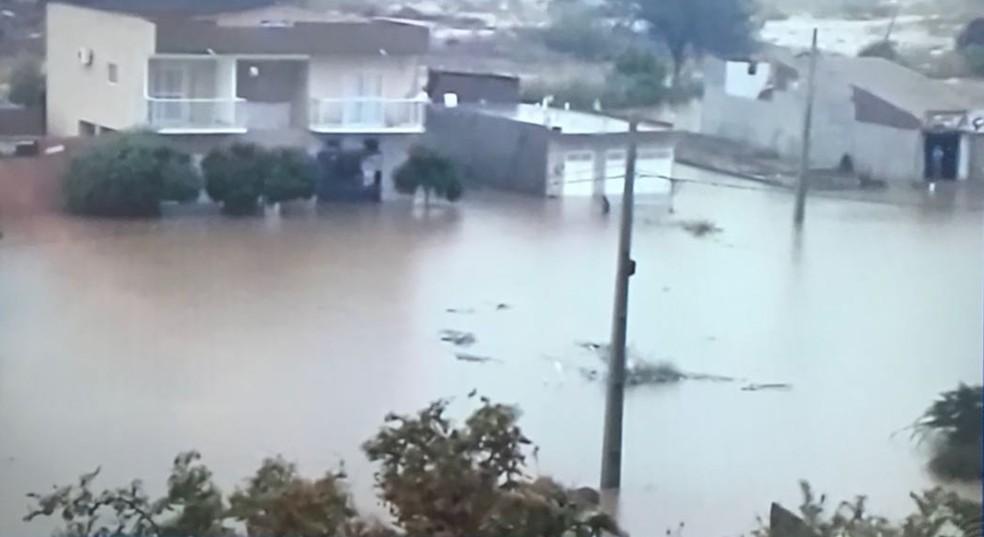 Itaporanga teve alagamento em vários pontos da cidade, numa chuva de 212 mm ocorrida em 27 de janeiro (Foto: Reprodução/TV Paraíba)