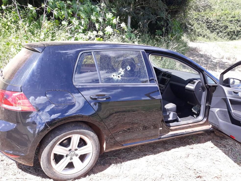 corpo de assaltante foi encontrado dentro de veículo na zona rural de Jacuí — Foto: Reprodução / Redes Sociais