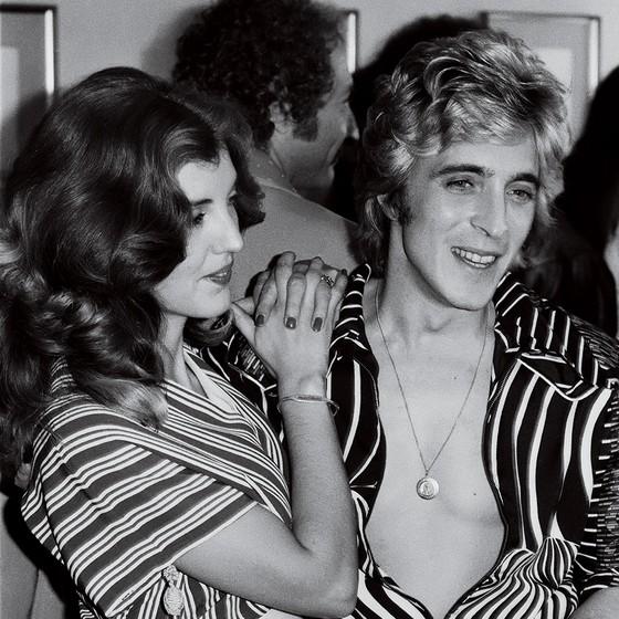 PARTEIRA Suzi Ronson e seu marido, o guitarrista Mick Ronson, nos anos 1970. Ela cortou e pintou o cabelo de Bowie (Foto: Michael Putland/Getty Images)
