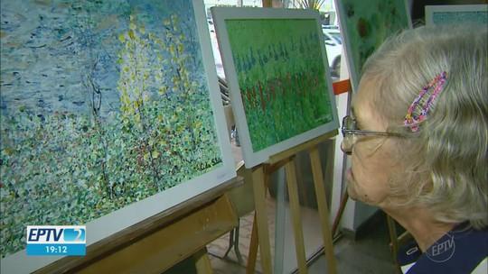 Idosos pintam quadros que estão expostos na Casa da Cultura em Franca, SP
