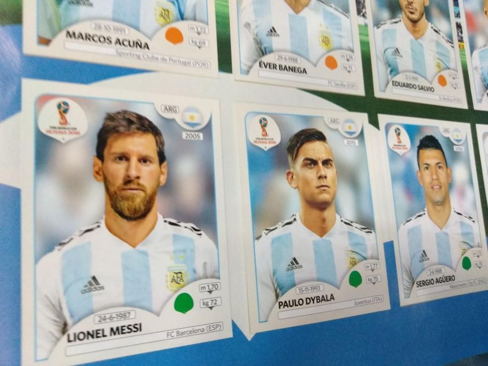 Messi, ao lado de Dybala e AgA?ero, no A?lbum de figurinhas da Copa do Mundo 2018  (Foto: Cassio Barco)