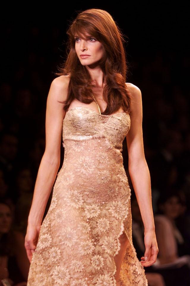 Stephanie Seymour, uma das maiores modelos dos anos 90, abriu o primeiro desfile da marca em 1990, e foi uma de suas angels até 2000. (Foto: Getty Images)