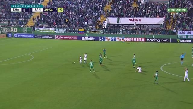 Árbitro encerra jogo segundos antes do tempo prometido para acréscimos, com Santos no ataque