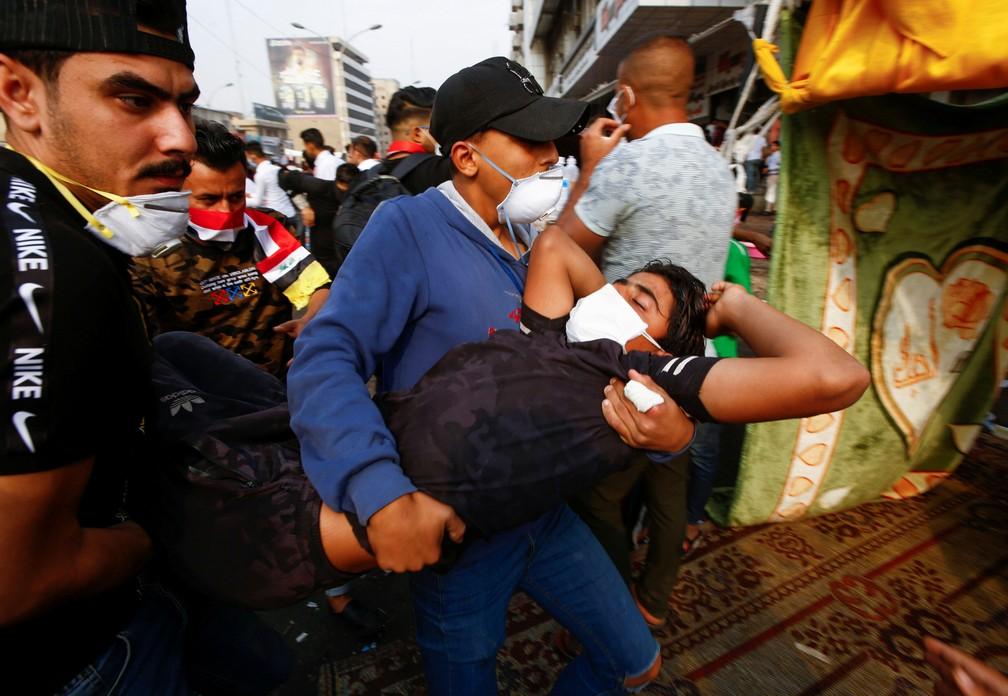 Homem ferido durante protestos antigoverno é carregado em Bagdá, em 14 de novembro de 2019 — Foto: Alaa al-Marjani/Reuters