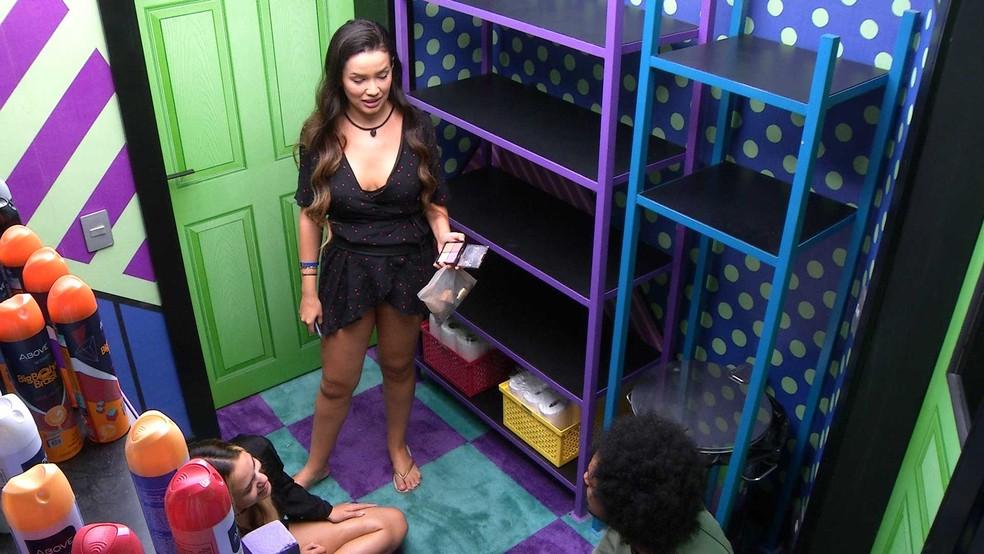 """Juliette flagra """"reunião"""" de brothers na despensa do BBB21 e pergunta ao Líder Gilberto sobre indicação: 'Sou eu?' — Foto: Globo"""