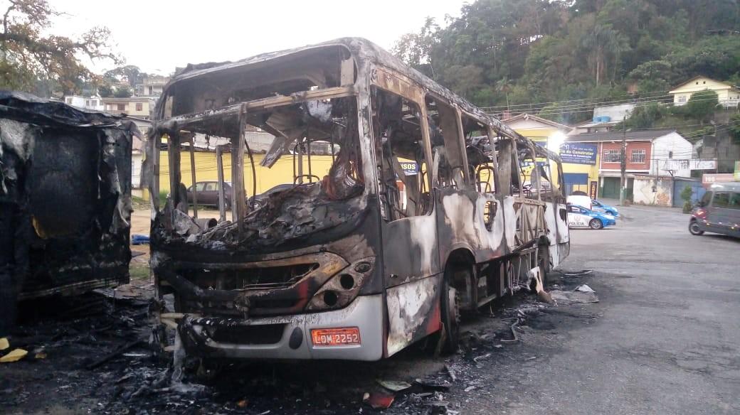 Ônibus é incendiado após morte de homem em confronto com a PM no RJ - Notícias - Plantão Diário