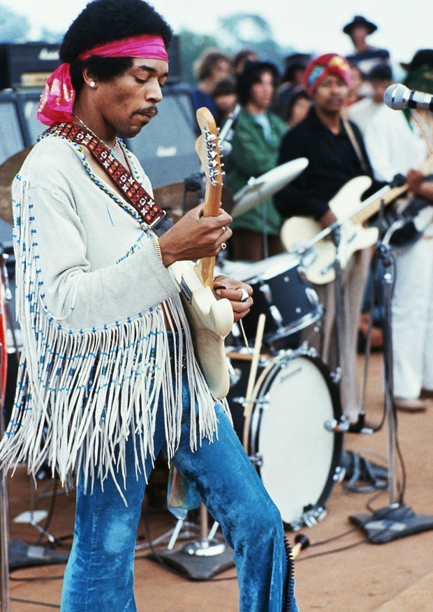 Jimi Hendrix playing his guitar during his set at the Woodstock Music and Art Fair. Playing with Jimi Hendrix is Billy Cox (wearing a turban). | Location: Near Bethel, New York, USA.  (Photo by Henry Diltz/Corbis via Getty Images) (Foto: Corbis via Getty Images)