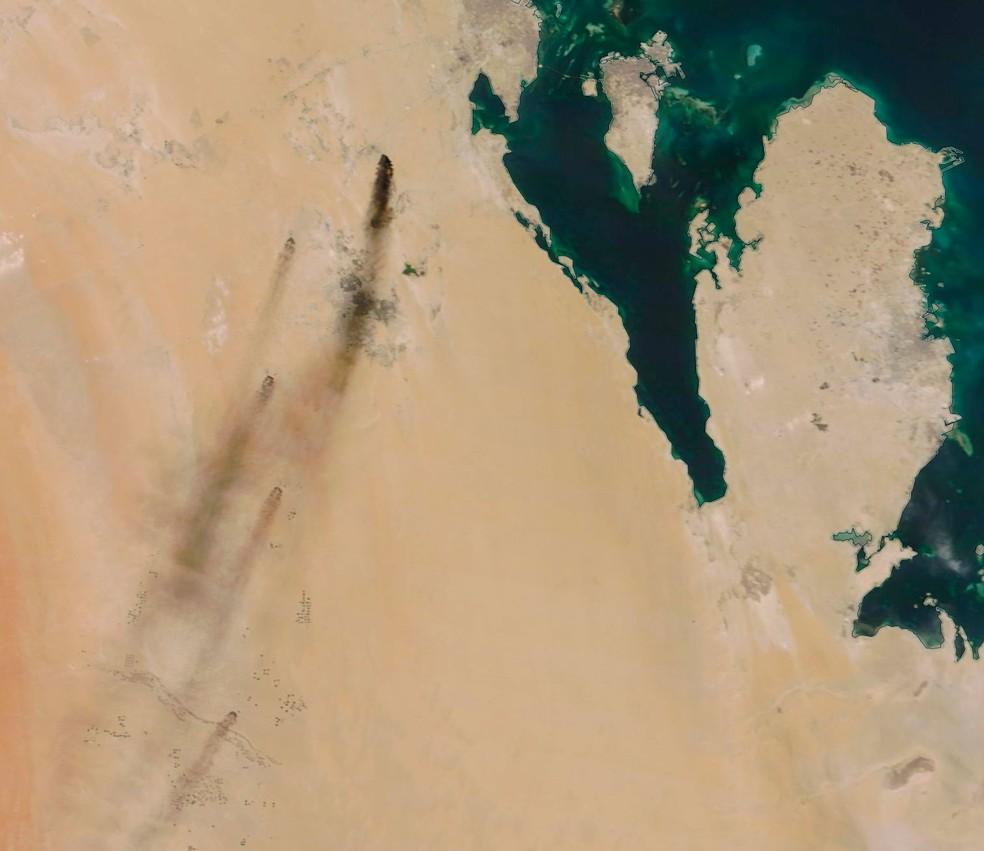 Imagem de satélite deste sábado (14) mostra fumaça provocada por incêndios após ataque de drones na Arábia Saudita  — Foto: NASA Worldview/ AP