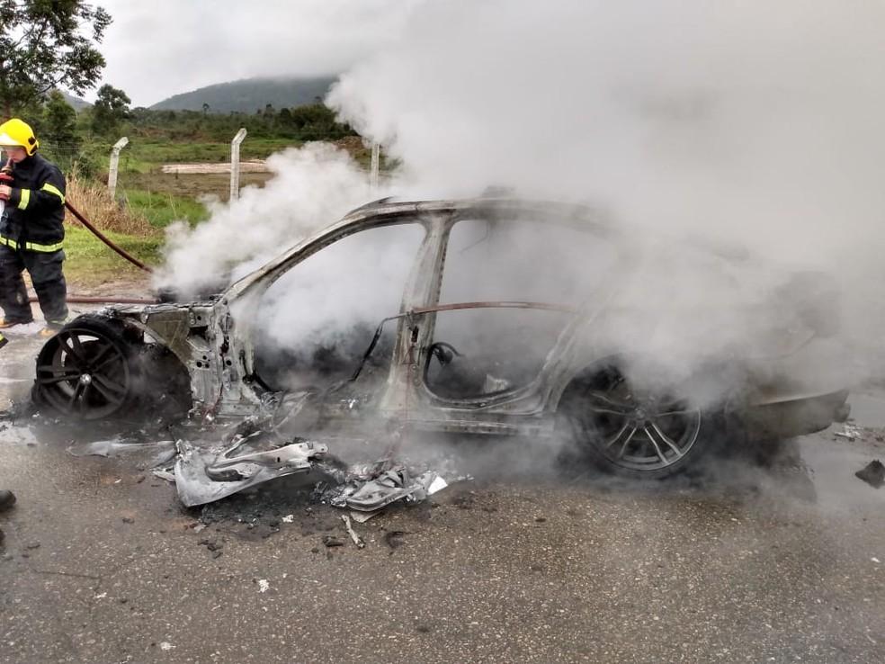 Carro de luxo ficou totalmente destruído pelas chamas — Foto: Corpo de Bombeiros/ Divulgação