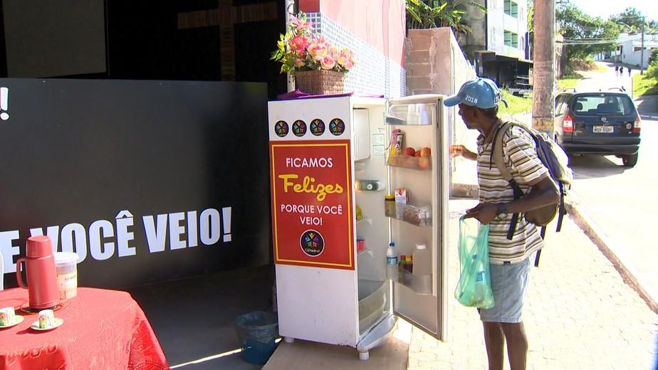 'Geladeira Solidária' oferece comida de graça para moradores em situação de rua em Guarapari