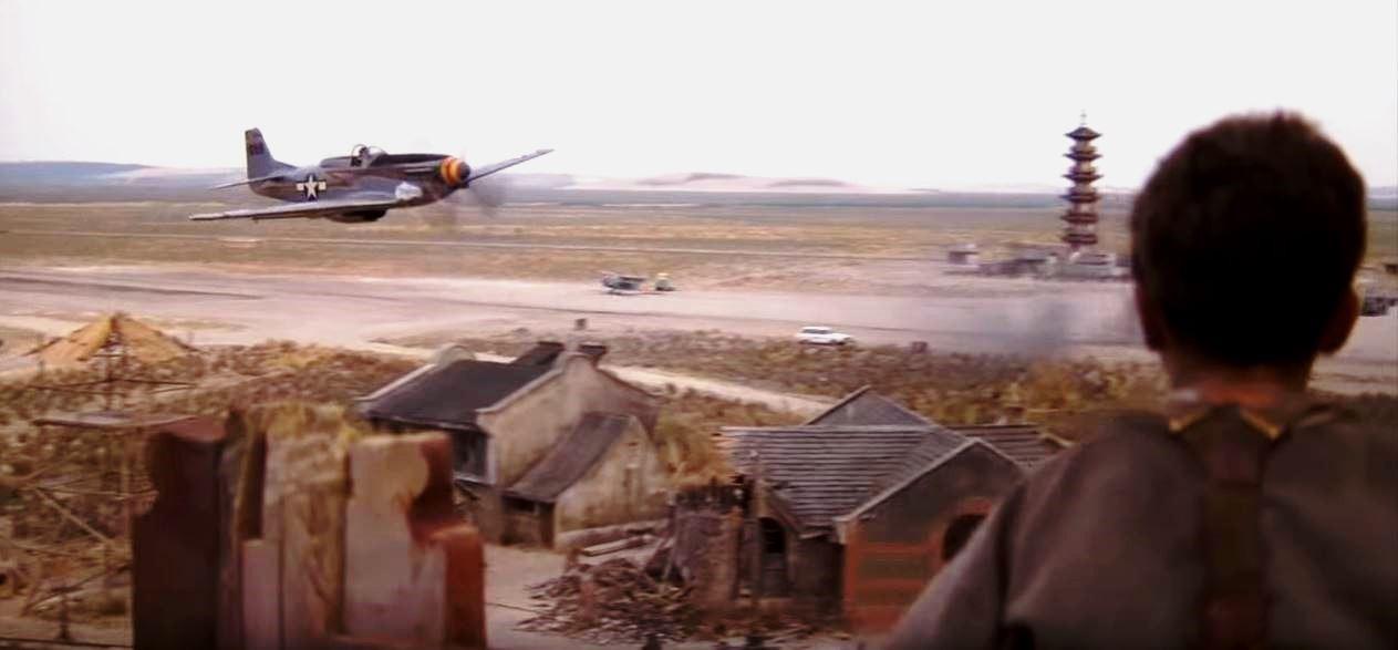 """Avião Mustang P-51D dá um rasante perto do menino interpretado por Christian Bale na cena do filme """"O Impérrio do Sol"""": cadillac dos céus"""