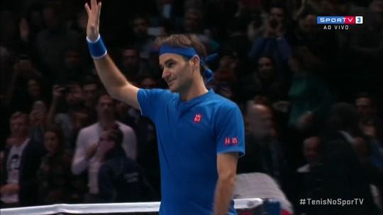 Federer se recupera de frustração na estreia, domina Thiem e segue vivo no ATP Finals