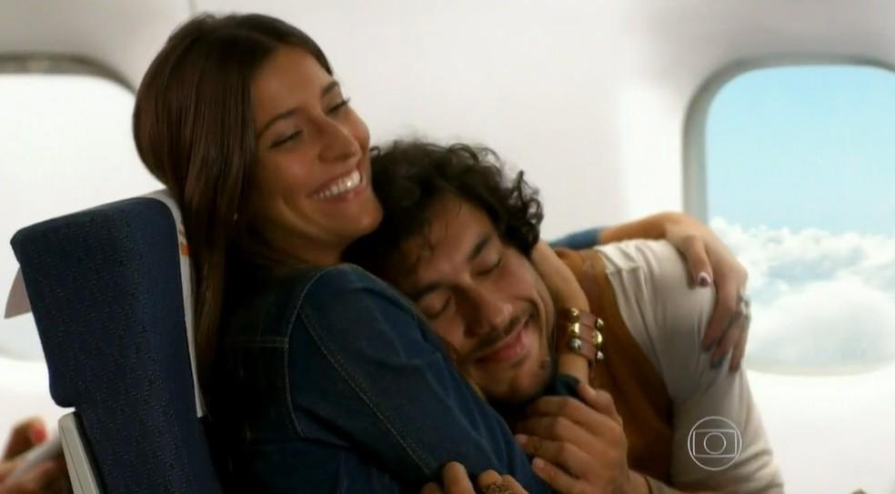 Em 'Flor do Caribe', João (José Henrique Ligabue) e Carol (Maria Joana) vão para o Rio de Janeiro — Foto: Globo