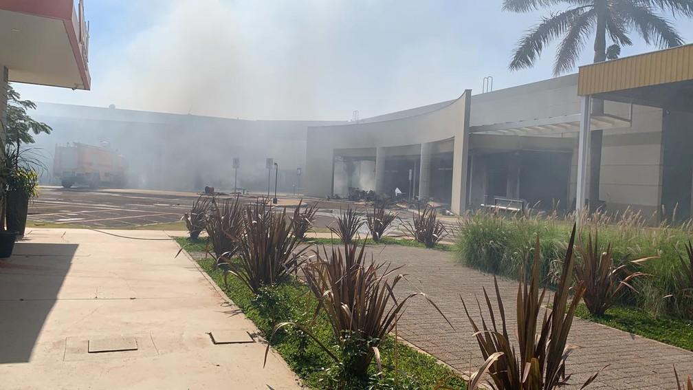 Bombeiros estimam que 140 lojas foram atingidas pelas chamas — Foto: William Souza/RPC