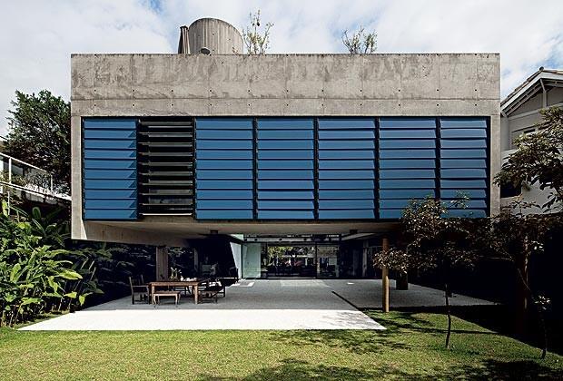 Fachada dos fundos: o volume tem 6 m em balanço e brise de laminado, da Pertech, feito pela Serralheria Moreno e instalado por Araujo & Farsoni. No vão livre, mesa do Depósito Santa Fé. Objetos, da L'Oei (Foto: Maíra Rolim)