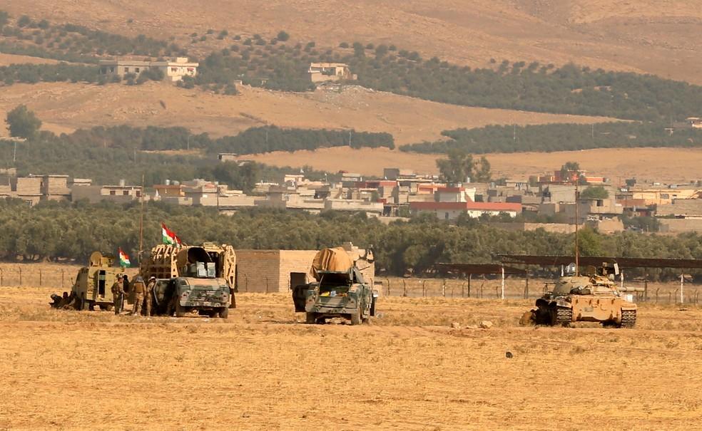 Veículos militares dos curdos peshmerga são vistos em Nawaran, ao norte de Mosul, como parte da ofensiva em 2016 para retomar Mosul do Estado Islâmico — Foto:  REUTERS/Ahmed Jadallah