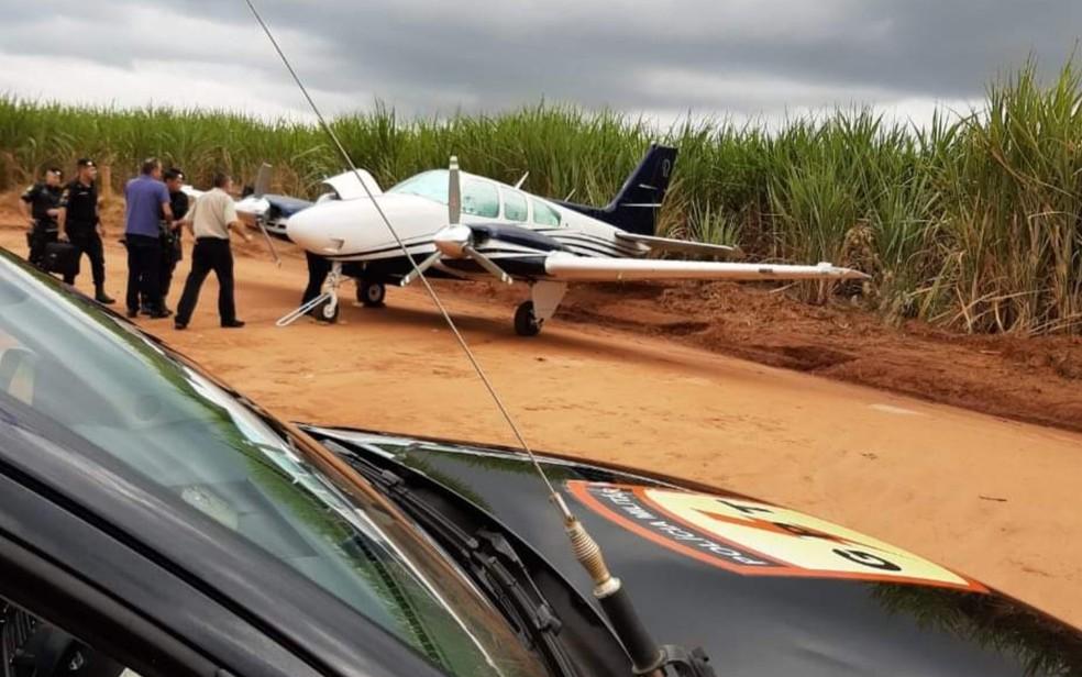 Aeronave que fez pouso de emergência — Foto: Reprodução/Polícia Militar