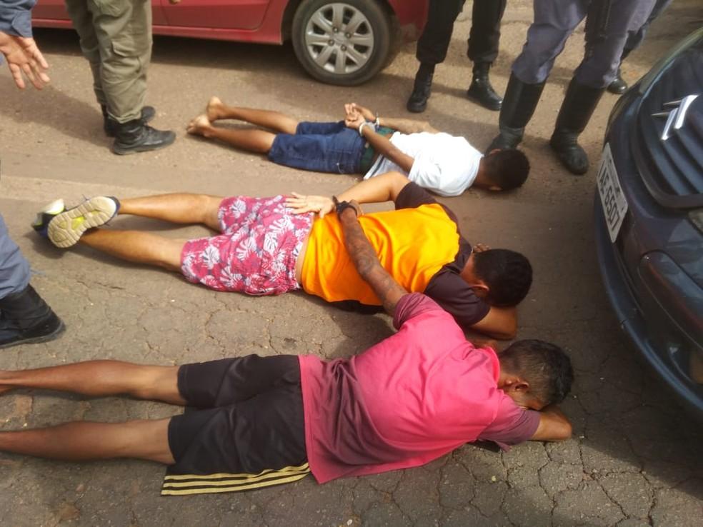 Trio foi preso em flagrante jogando celulares para dentro do Complexo de Pedrinhas — Foto: Divulgação/Polícia Militar