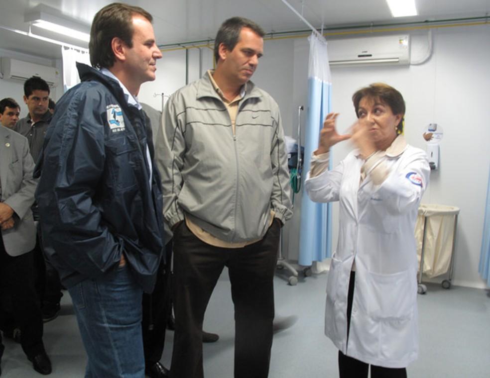 Eduardo Paes ao lado de Hans Dohmann no Hospital Municipal Souza Aguiar. — Foto: Aline Pollilo/G1