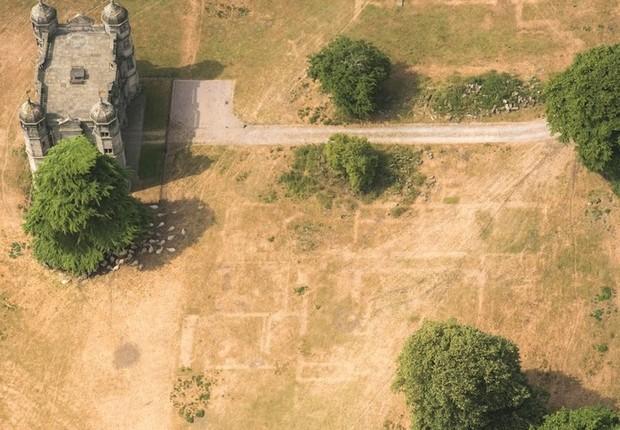 As bases soterradas de Tixall Hall, construído em 1555, emergiram (Foto: Historic England via BBC)