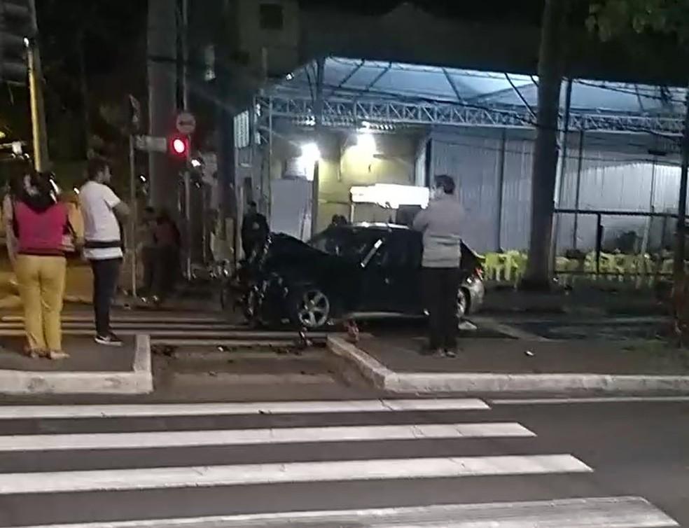Frente do carro ficou totalmente destruída em Campinas — Foto: Reprodução/EPTV