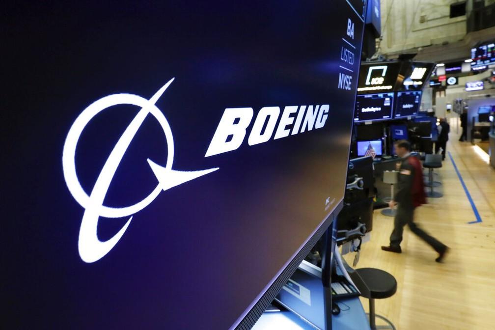 Logo da Boeing na bolsa de Nova York (NYSE) — Foto: Richard Drew/AP