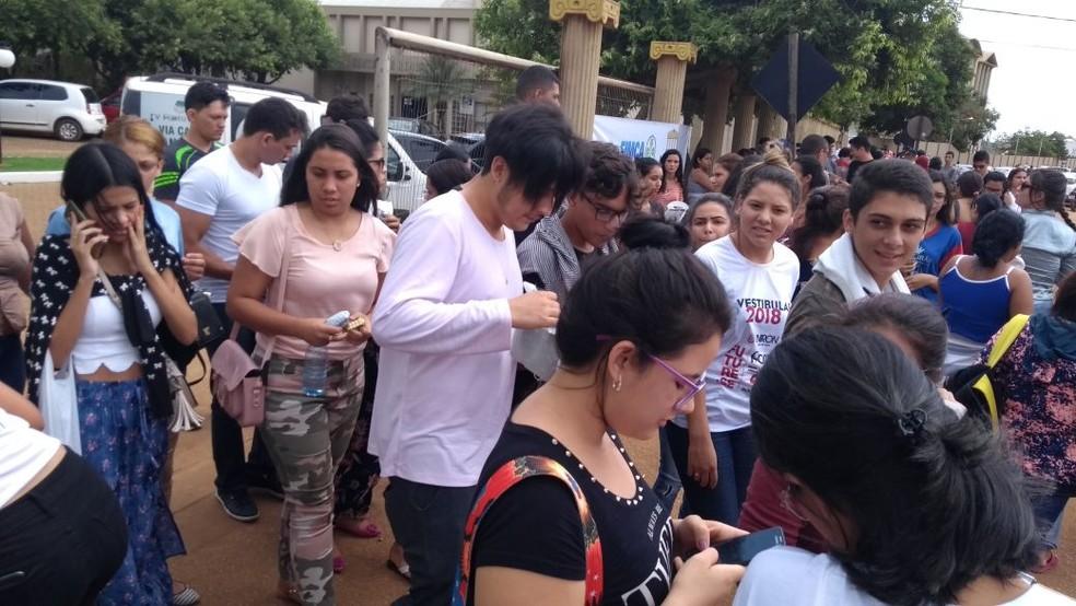 Movimentação intensa de candidatos que saíram sem caderno de resposta na Fimca. (Foto: Lívia Costa/GE)