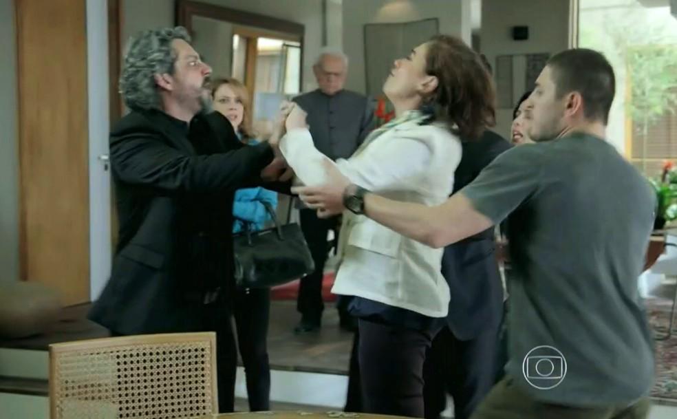 Maria Marta (Lilia Cabral) parte para cima de José Alfredo (Alexandre Nero) - 'Império' — Foto: Globo