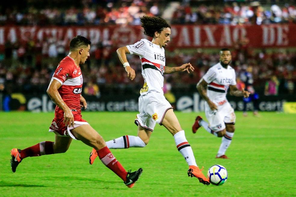 Valdívia conduz a bola na partida em Maceió (Foto: Ailton Cruz/Gazeta de Alagoas)