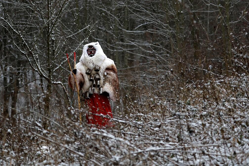 Um folião vestido de demônio é visto na vila de Valasska Polanka durante um tradicional desfile de São Nicolau perto da cidade de Vsetin, na República Tcheca — Foto: David W. Cerny/Reuters