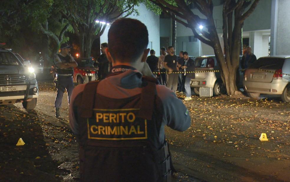 Perito da Polícia Militar fotografa área isolada em estacionamento na Asa Sul, em Brasília, onde ocorreu tentativa de estupro (Foto: TV Globo/Reprodução)