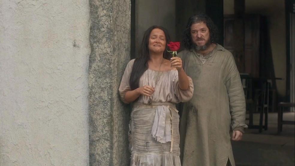 Germana (Vivianne Pasmanter) fica desolada ao ver a companhia de teatro indo embora da Corte, e Licurgo (Guilherme Piva) debocha dela, em 'Novo Mundo' — Foto: TV Globo
