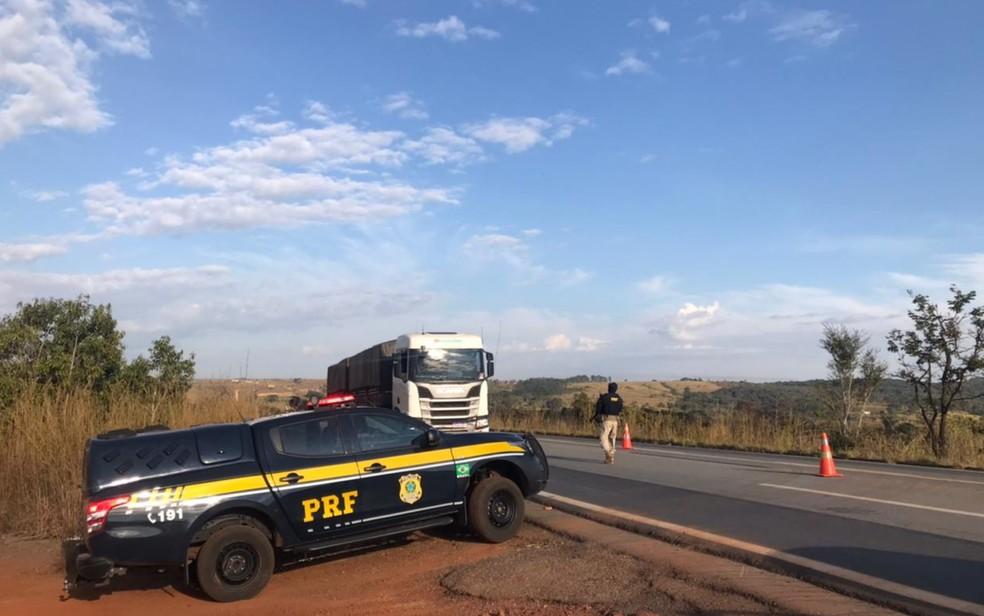 Barreira policial é montada na BR-070 durante o 12ª dia de buscas por Lázaro Barbosa, em Cocalzinho de Goiás — Foto: Vitor Santana/G1