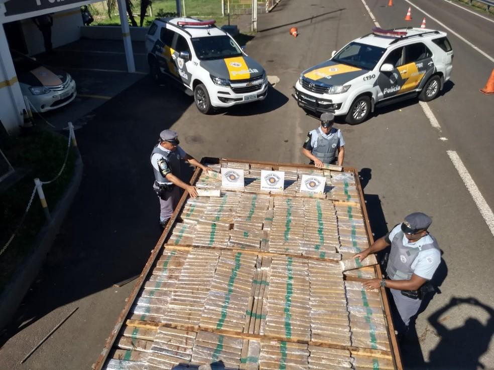 Tabletes de maconha apreendidos pela polícia em Castilho — Foto: Divulgação/Polícia Rodoviária Estadual