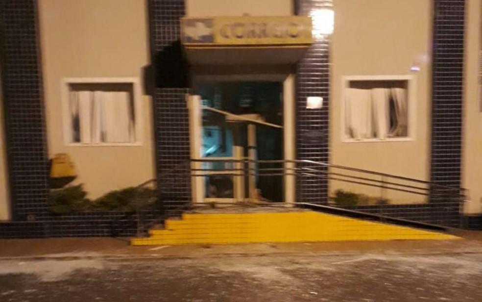 Agência dos Correios em Ipameri também foi explodida por criminosos, em Goiás (Foto: TV Anhanguera/Reprodução)