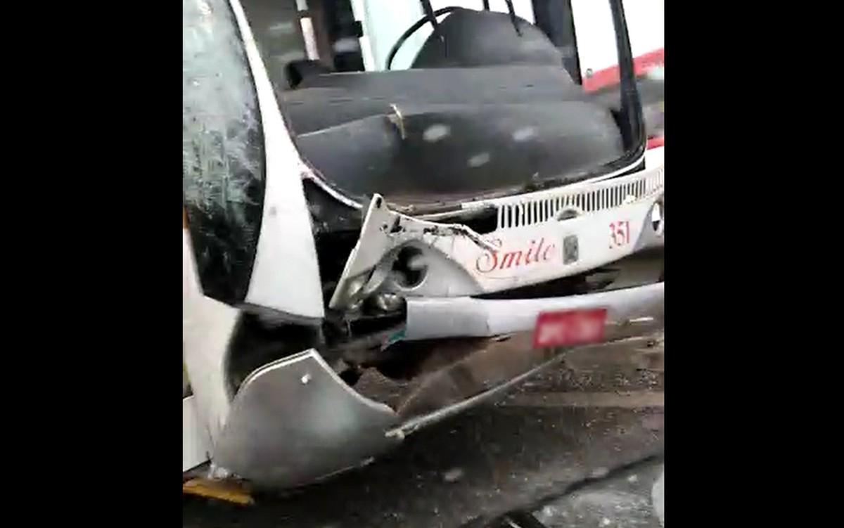 Acidente com ônibus escolar deixa  feridos em Sumaré