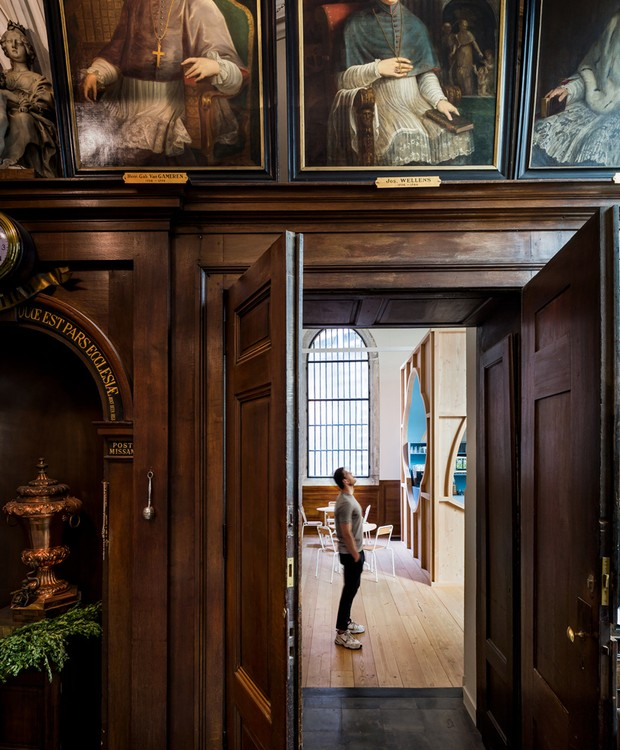 Uma porta dentro da capela conecta o novo espaço ao monumento (Foto: Ban Staeyen interior Architects/ Reprodução)