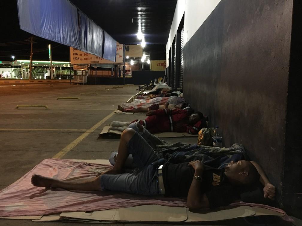 Venezuelanos passam a noite debaixo das marquises no entorno da praça Simón Bolívar, em Boa Vista — Foto: Emily Costa/G1 RR/Arquivo