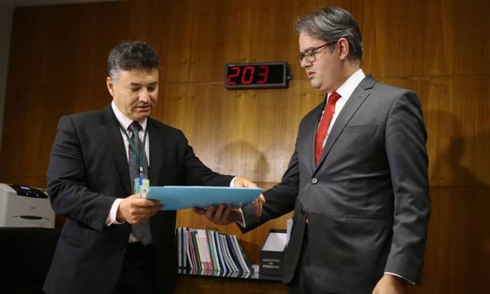 O diretor-geral do Supremo Tribunal Federal (STF), Eduardo Toledo, entrega a segunda denúncia contra o presidente Michel Temer para Wagner Padilha, diretor-geral da mesa da Câmara dos Deputados  (Foto: Jorge William / Agência O Globo   )